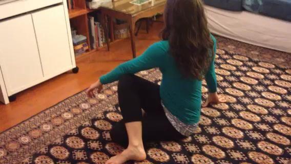 Después de repetir # 5 en el otro lado, torcidos, vaya al # 6 isquiotibiales tramo: extender una pierna recta, doble la otra para llevar el pie en la caída hacia adelante sobre la pierna extendida.. Repita en el otro lado.