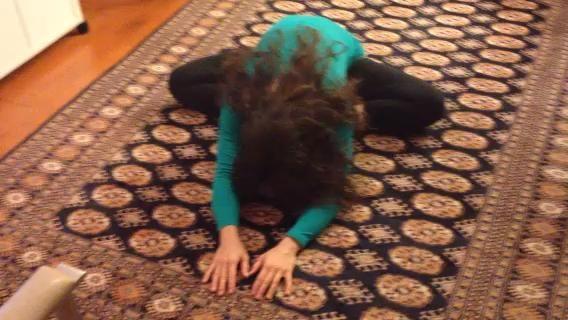 # 8 Doble isquiotibiales. Camine manos arriba lentamente hasta que esté sentado y extender ambas piernas hacia fuera delante de usted, estirar más. Relájese y respire profundamente. Don't create any discomfort in low back.