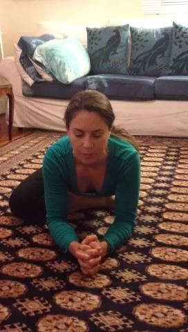 # 10 del gato / vaca. Transición a las manos y las rodillas, arqueando alternativo y arquear la espalda mientras respira lenta y profundamente con el movimiento.