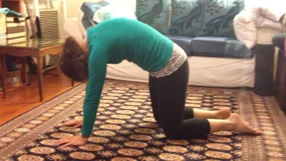 # 11 Enrosque la aguja: tomar la mano derecha por detrás del izquierdo, traiga su hombro derecho y la cabeza al piso, presione en el suelo con la palma izquierda para apoyar la vuelta de tuerca. Mantenga el codo izquierdo 90 grados.