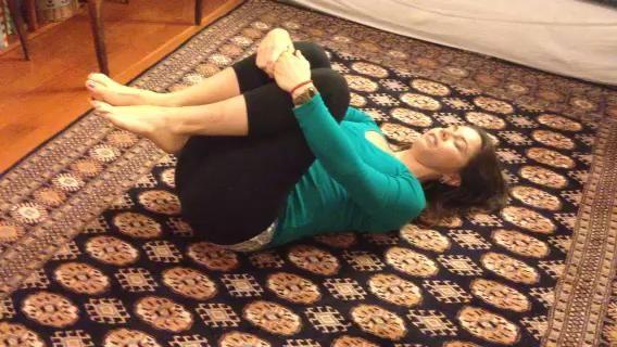 Roca hasta una posición sentada. # 5 Doble una pierna y llevar el pie opuesto a través de ella para descansar en el suelo. Gire sobre la rodilla elevada. Asegúrese de mantener su columna vertebral alcanzar a largo y alto.