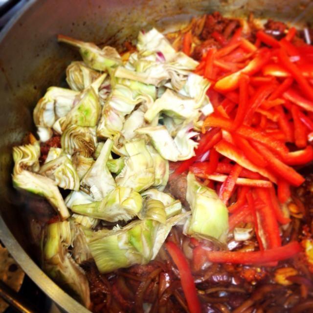 Añadir los pimientos y alcachofas, sudor