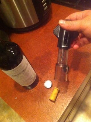 Expulsar el corcho del tornillo, deje la botella para ver lo grande e incómodo que era.