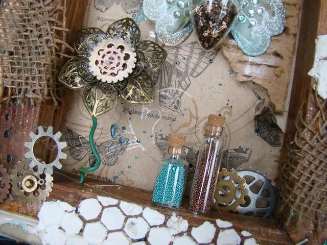 Añadir botellas de diferentes tamaños y se llenan de granos de la semilla, pegamento para enmarcar lienzo. Meta más engranajes y dientes en las esquinas y los bordes de la lona.