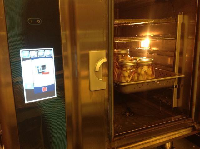 vapor en el horno combi a 190 durante 90 minutos para cocinar las rampas para una textura tierna crist y para sellar los frascos