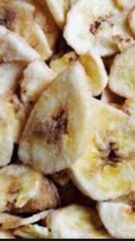 Rebane fino y deshidratar para los chips de plátano.