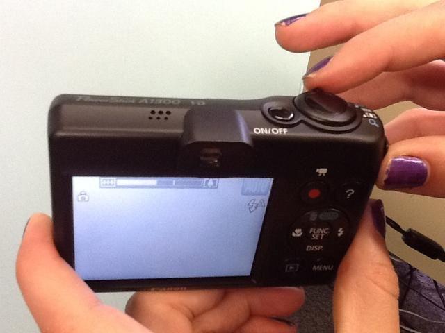 La palanca alrededor del botón del obturador es la forma de acercar y alejar para capturar una imagen de cerca.