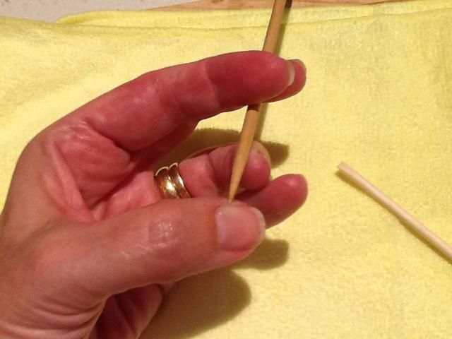 Utilice palito de naranjo para quitar esmalte de la piel, rompiendo la uña a la conexión de la piel antes del curado LED.