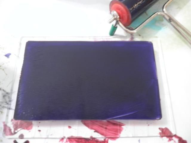 Plato limpio y Brayer violeta Pintura acrílica sobre la placa de impresión.