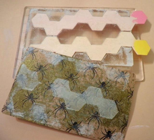 Recoge el diseño sobre papel kraft de Halloween. Una vez seco, aplica Peladas pintura de tinta sobre el papel de la angustia, concentrándose en los panales pintadas.