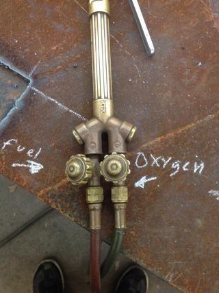 Convierte tu válvula de oxígeno en todo el camino, a continuación, gire la válvula de acetileno un 1 / 6-1 / 5 de un turno.
