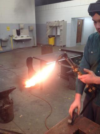 Ajuste la válvula de acetileno para donde la llama está tocando la punta de la antorcha, pero no está emitiendo humo negro.