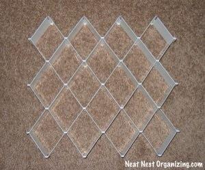 Montar un organizador del cajón de diamante de plástico. Crea hasta 32 compartimentos en función del tamaño de su cajón.