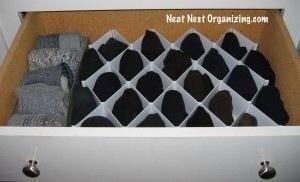 Coloque el organizador en el cajón y llenarlo con los calcetines que cuidado. Ordene los calcetines de acuerdo con el estilo y / o color.