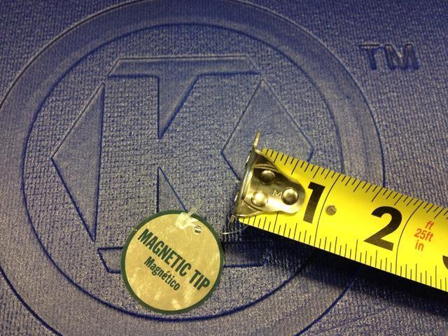 Una vez que haya elegido su longitud, mirar algunas características entre marcas. Esta cinta Kobalt tiene una punta magnética que puede engancharse en el objeto a ambos lados de la hoja.