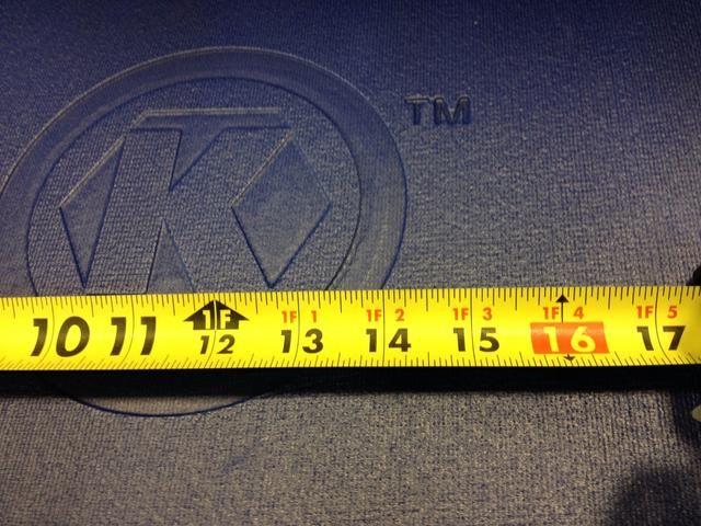 Esta cinta tiene un acabado de bajo brillo, lo que elimina el deslumbramiento. También es fácil de leer en la marca de los pies, así como cada 16 pulgadas para mostrar dónde pernos estarán detrás de una pared.