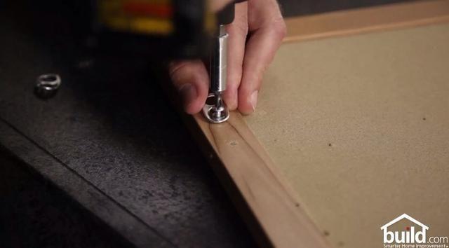 Conecte la ficha de su marco para fotos con un pequeño tornillo.