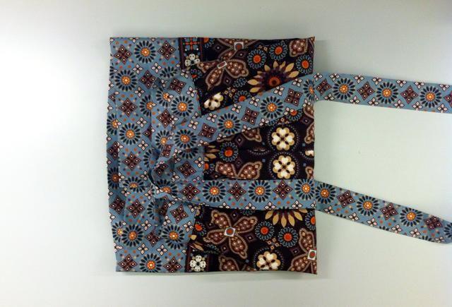 Envolver las correas delantal alrededor del paquete 1-2 veces para asegurar el libro.
