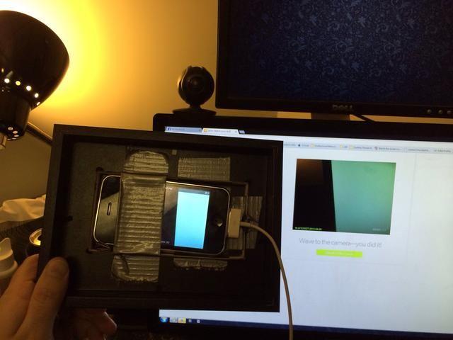 Corte un agujero en la imagen donde se perforó el tablero. Algunos de ajuste de posición podría ser necesaria a fin de utilizar un poco de cinta de repuesto para poner espaciadores alrededor del teléfono.