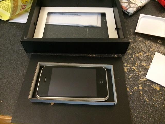 Obtener un poco de cartón que se puede envolver alrededor del teléfono. Esto actuará como el compartimiento que contiene el teléfono. Recuerde que debe tener en cuenta el tamaño de la clavija de alimentación también.