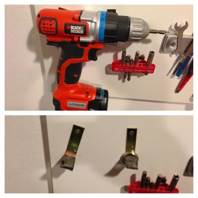 Incluso puede colgar un destornillador inalámbrico utilizando soportes en L. La parte inferior se inclinó un poco y envuelto en cinta de goma para evitar arañazos.