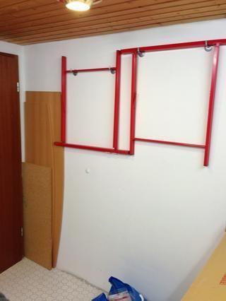 Dos caballetes y un tablón hacen una gran mesa de cualquier momento que lo necesite. Cuelgue los caballetes a la pared, la plancha se puede esconder detrás de la puerta.