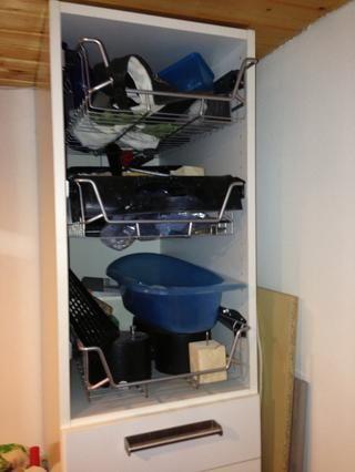 Para el armario grande, una puerta había desaparecido, por lo que añadió cestas metálicas allí.