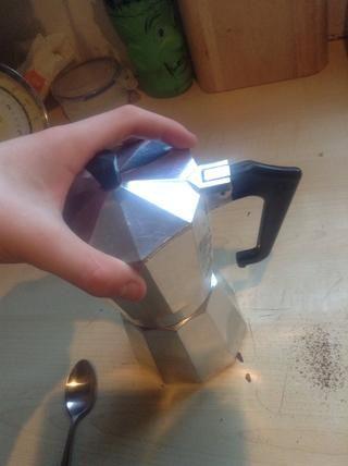 Ahora, el tornillo de la cámara superior a la que tiene el agua en el mismo, asegúrese de que es un ajuste apretado, pero don't make it too tight as this will make it harder when you have to clean it.
