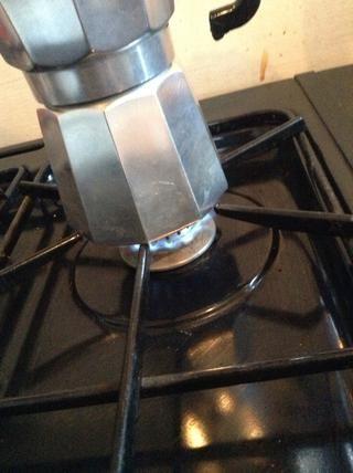Coloque la cafetera sobre la encimera / estufa y lo puso en una baja a fuego medio, asegúrese de que las llamas son más pequeñas que la base de la cafetera. Si no, la estufa puede quemar el mango.