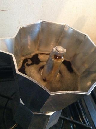 El café será constantemente sale de la boquilla cuando la cámara es de aproximadamente 3/4 de su capacidad encender la estufa y cierre la tapa.