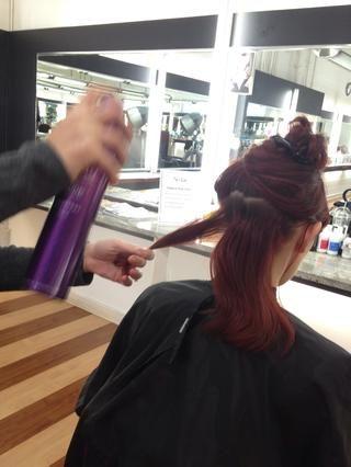 Hairspray cada sección antes de acurrucarse para asegurar una bodega de larga duración.