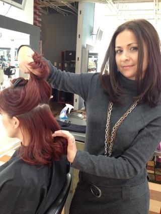 Sección y recortar el pelo alrededor de su corona. Sección del resto de tu cabello en 2 piezas.