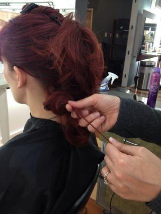 Tome pequeños pedazos de cabello y se burlan de la mano para aumentar el volumen mediante la celebración de una pieza en una mano mientras empuja hacia arriba los hilos entre dos dedos.