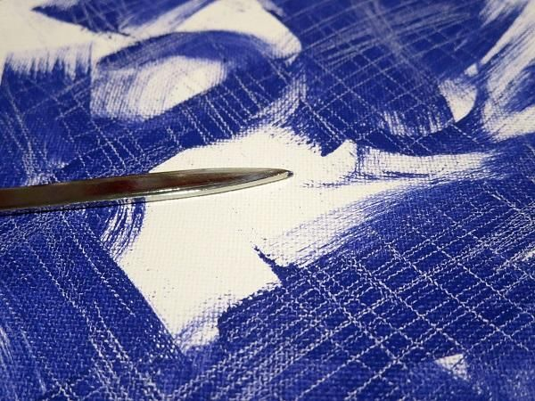 Usé la punta afilada de un abridor de cartas para dibujar el patrón y eliminar parte de la pintura.