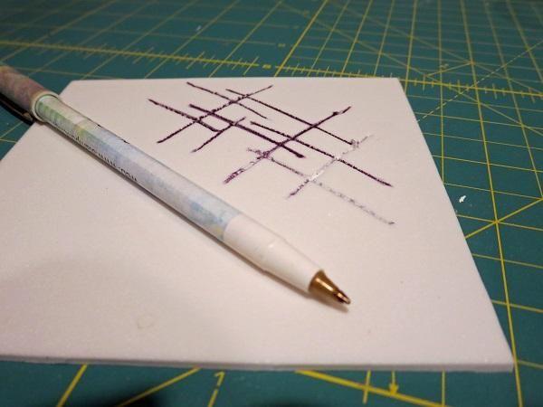 Otro patrón a cuadros fue grabado en una hoja de diversión espuma usando un bolígrafo normal bolígrafo.