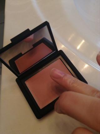Sí. Estoy usando mi dedo para aplicar. ESTO ES SÓLO ACEPTABLE porque es mi escondite personal de maquillaje. No está bien si está utilizando otra persona's kit or applying makeup to someone else. Hahah.