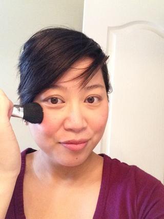 Y para mezclar mi rubor en la piel para un efecto brillante y halo-y suave, voy a pulir toda la cara con un rubor limpio. Sólo el trabajo que en toda la cara en un movimiento de pulido circular.