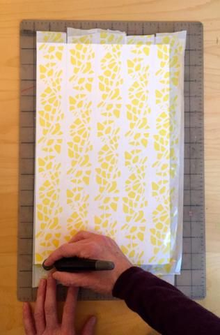 Cortar la cinta fuera del papel, ya que es difícil de cortar con un punzón y usted no lo necesita.