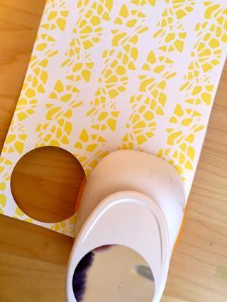 Con un punzón círculo o de corte a mano con una plantilla, hacer tantos círculos como puedas de la hoja de papel.