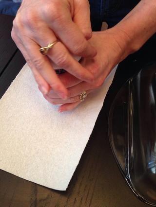 Abra la crema de grabado sobre una toalla de papel en caso de trozos secos de aterrizaje en la superficie de trabajo.