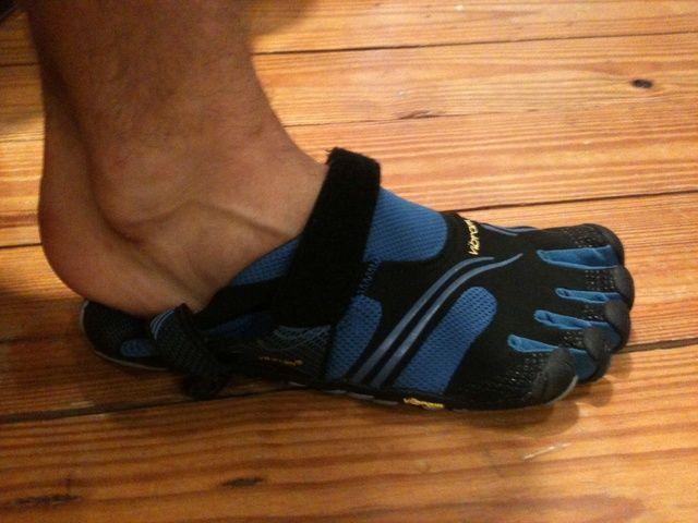 Ponga el plano de zapatos en el suelo. Deslice los dedos de los pies en el primero, antes de tratar de acabar de una vez el talón