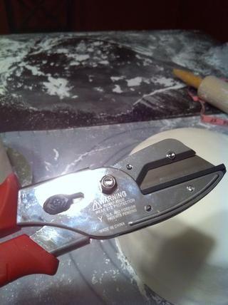 Use cortadores de alambre para cortar los tacos para insertar en el pastel. Esto apoya los niveles.