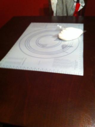 Pensé que mi mesa estaría este limpia en todo este proceso! ¡Estaba muy equivocado! :) Powered su área con confiteros el azúcar antes de empezar a rodar el fondant.