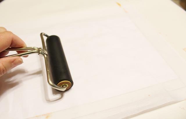superior con portada y luego usar Brayer para presionar la tinta al papel ...