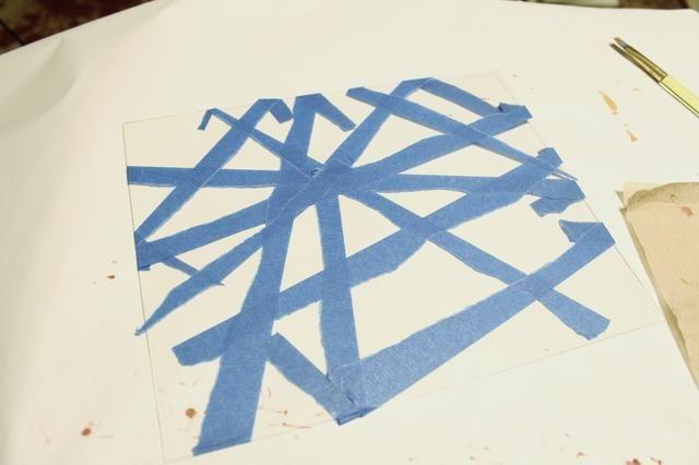 empezar a hacer segundo papel ... Placa limpia y desgarrar y aplicar tiras de cinta azul pintores a ella ...