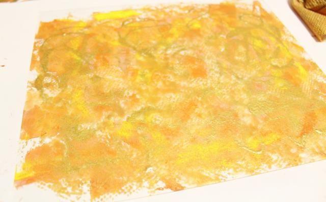 spritz placa ligeramente con agua, luego suavemente con una toalla de papel con textura ...