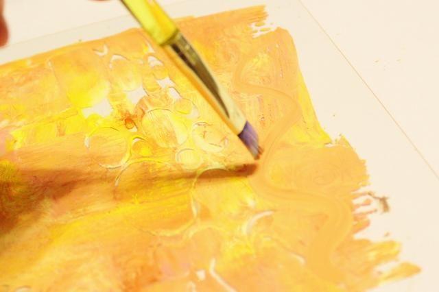 utilizar un pincel para agregar acentos dibujados a mano en el plato ...