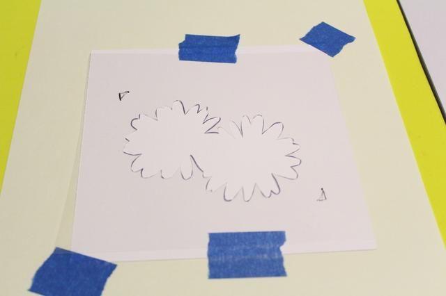 Repita los pasos siguientes 3 VECES MÁS: utilizar cinta azul pintores adherir la plantilla de 6 X 6 pedazo de cartulina blanca, también asegurar la cartulina a un pedazo de papel colocado sobre lámina de espuma ...