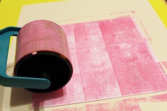 utilizar la rueda de color y de la manija de utilizar el exceso de tinta en Entintar paleta para crear el fondo de 6 X 6 cartulina blanca. rodar verticalmente, luego horizontalmente ...