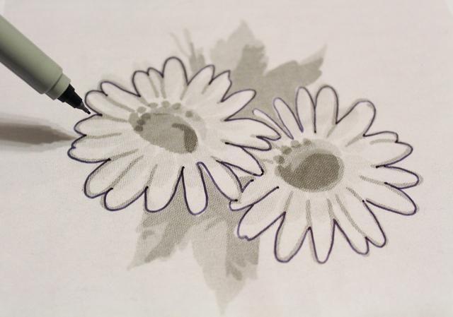 Me puse un trozo de la película de la plantilla sobre la copia y esbocé las flores ...